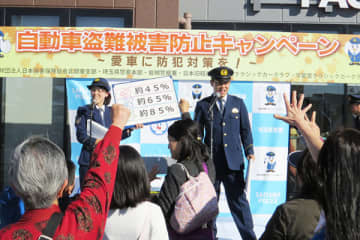 来場者も参加した県警の防犯指導=東北自動車道上りの蓮田サービスエリア(県警提供)