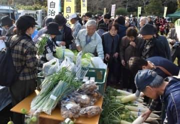 津 榊原の農産物ずらり 秋の収穫祭にぎわう 三重