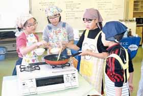 料理を楽しむ子どもたち