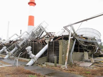 倒壊した材料試験炉の冷却塔=9月、茨城県大洗町(日本原子力研究開発機構提供)