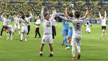 J2残留を決めて歓喜する栃木SCの選手たち=24日午後3時59分、千葉市のフクダ電子アリーナ