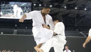 4回戦で得意の膝蹴りで攻めるナシメント(左)