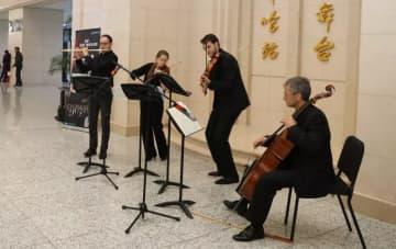 ハルビン駅の待合ロビーで独楽団のカルテット
