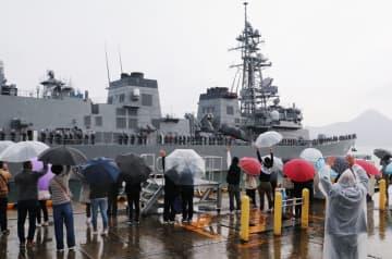 隊員の家族らに見送られながら出港する護衛艦はるさめ=佐世保市、倉島岸壁