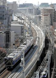一足先に高架が完成した下り線の横に真新しい姿を見せた阪神電鉄本線の上り線=神戸市東灘区