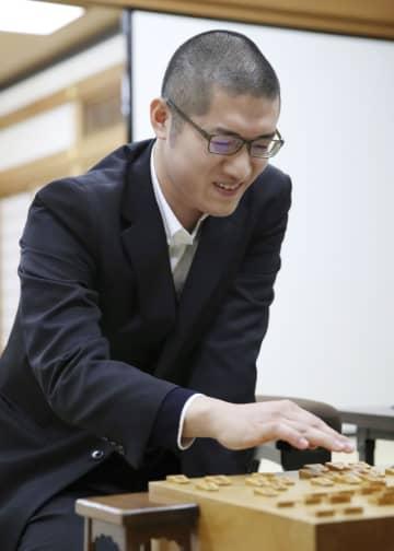 プロ棋士編入試験5番勝負の第1局で勝利し、対局を振り返る折田翔吾さん=25日午後、大阪市の関西将棋会館