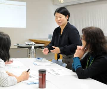 グループワークで助言する高橋聖子さん(右から2人目)。「女性視点が生かされることは地域みんなにとってよいこと」と訴える