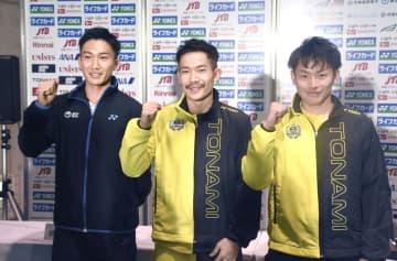 記者会見後、撮影に応じるバドミントン男子の(左から)桃田賢斗、園田啓悟、嘉村健士=25日午後、東京・駒沢体育館