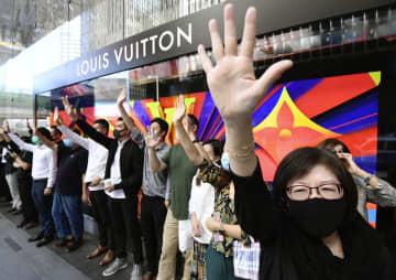 香港の金融街セントラルで抗議活動する市民ら=25日(共同)