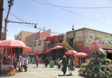 監視カメラが設置された新疆ウイグル自治区ホータン市=2017年7月(明治大現代中国研究所提供、共同)