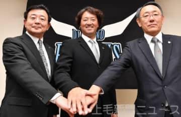 球団の糸井丈之会長(右)、堀口芳明社長(左)と握手する牧野監督