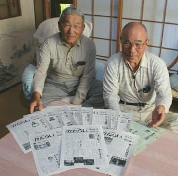 「読者の皆さんに感謝したい」と紙面作りに区切りをつけた中浜隆義さん(左)と安部公造さん=佐伯市蒲江竹野浦河内