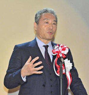 中小企業向けデジタル基盤の重要性を強調する内田会長=会津若松市・スマートシティAiCT