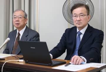 【記者会見に臨む伊佐地病院長(左)と中谷科長=三重県庁で】