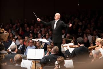 チューリヒ・トーンハレ管弦楽団を指揮するヤルヴィ(C)gaetan bally