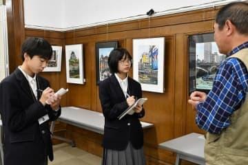 切り抜き絵作家の酒井さんに質問する清崎さん(左端)と鈴木さん(中央)
