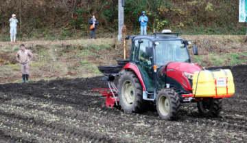 自動で畝立てできるトラクター。経験が少なくても熟練者と変わらない作業ができる