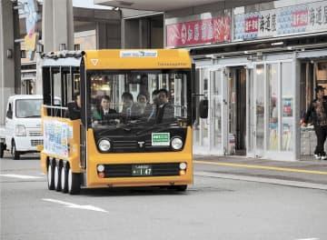 関係者を乗せて試走するEVの小型低速バス