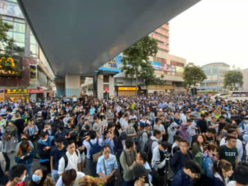 Crowds gathered in Tsim Sha Tsui in support of the protesters remaining in PolyU, November 25, 2019. Photo: Studio Incendo.