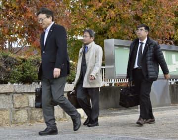 参院選「1票の格差」訴訟の判決で、広島高裁に向かう原告側の弁護士ら=26日午後