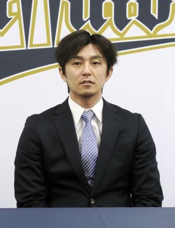 契約交渉を終え、取材に応じるオリックス・増井=大阪市