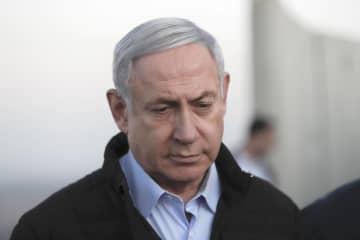 24日、ゴラン高原の陸軍基地を訪問したイスラエルのネタニヤフ首相(AP=共同)
