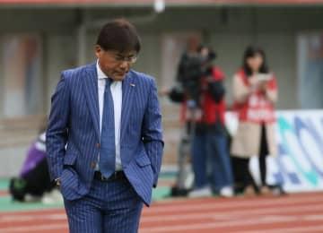 最終節の新潟戦で先制されてうつむく手倉森監督。就任1年目のリーグ戦は結果を出せなかった=新潟市、デンカビッグスワンスタジアム
