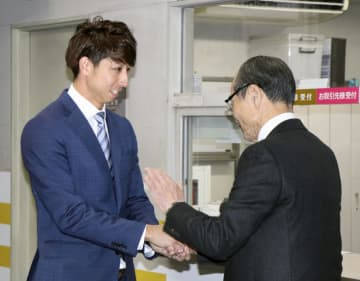 ソフトバンクの球団事務所を訪れ、王球団会長(右)と握手する福田秀平外野手=26日、ヤフオクドーム