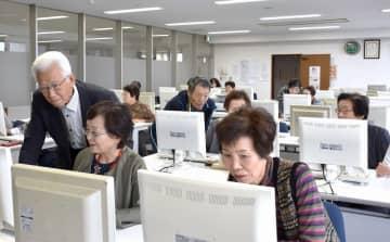 受講生の指導に当たる道見英夫理事長(左)ら=福井県の坂井市高椋コミュニティセンター