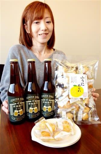 福井県産ソバを使ったクラフトビールと、山うにをまぶしたあられ=福井県福井市問屋町2丁目の「華」