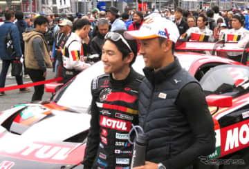 特別交流戦「レース2」のグリッドで、引退戦の中嶋大祐(左)を兄の一貴が激励。