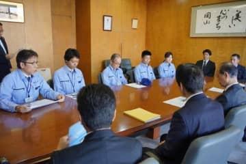南房総、館山市での活動を報告する岡山市職員