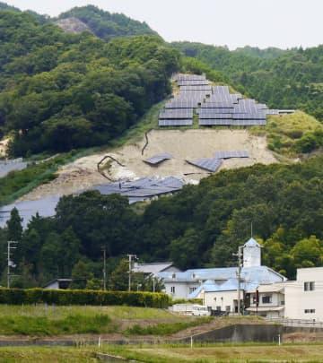 豪雨の影響でパネルが地面ごとずり落ちた太陽光発電所