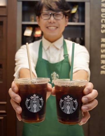 スターバックスコーヒージャパンが2020年1月から順次切り替える紙製ストロー(左)。右は従来のプラスチック製ストロー