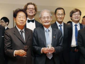 歴代のノーベル賞受賞者らと記念撮影した吉野彰旭化成名誉フェロー(中央)=26日午後、東京都内のスウェーデン大使公邸