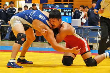 2017年全国高校選抜大会74kg級決勝と同じ顔合わせとなった70kg級決勝は、坂野秀尭(赤=日大)が伊藤朱里(中大)を破る