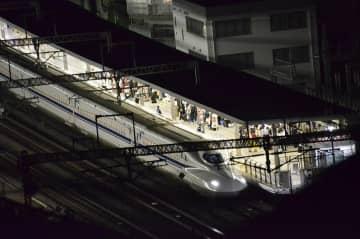 殺傷事件を受け、小田原駅に長時間停車した東海道新幹線のぞみ265号=2018年6月9日午後11時半ごろ、小田原市