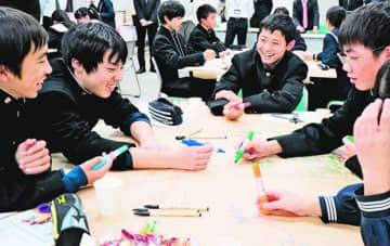 10年後の石井町について話し合う中学生=町役場