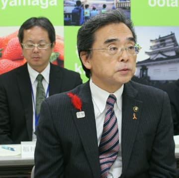 緊急財政対策の原案を説明する永松悟市長=26日午後、杵築市役所