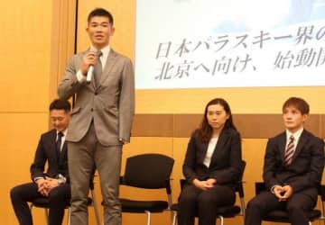 激励会で今季に向けた意気込みを語る新田佳浩(左から2人目)。右端は川除大輝=東京都内