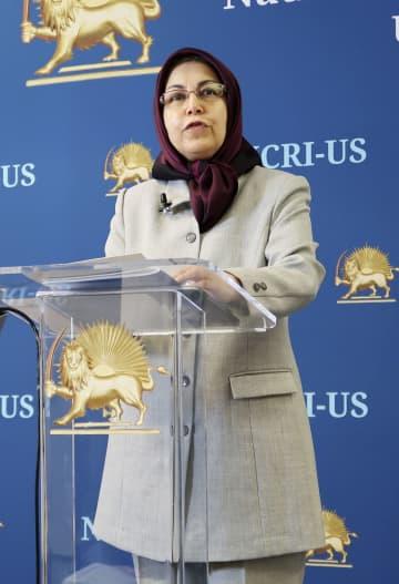 イランでの反政府デモについて記者会見する反体制派組織「国民抵抗評議会」のサムサミ米国代表=26日、米ワシントン市内(共同)