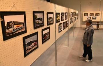日本各地を走った多彩なバスの写真が並ぶ会場