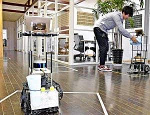 搬送ロボットを活用した実証実験の様子。荷物を積んだ手前と右奥の搬送ロボットが施設内を自律走行する