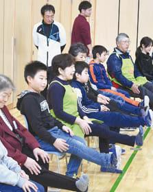 かろやか体操を一緒に挑戦する児童と地域住民