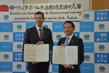 連携合意書を締結した五十嵐立青市長(右)とドイツ・ボーフム市のトーマス・アイスキルヒ市長=つくば市役所
