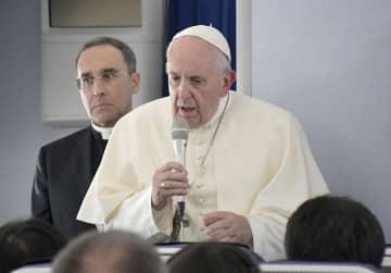 訪日を終え、ローマに戻る特別機内で記者会見する教皇フランシスコ=26日(共同)