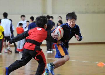 W杯に刺激を受け、練習に励む、八戸少年ラグビースクールの子どもたち=24日、八戸市の東京鉄鋼体育館