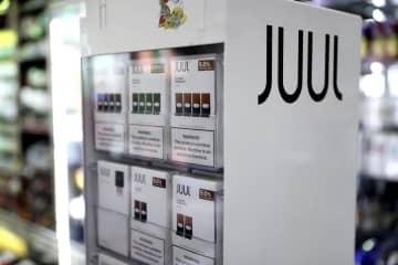 店舗に並ぶ米電子たばこ大手「JUUL(ジュール)」の製品(ゲッティ=共同)