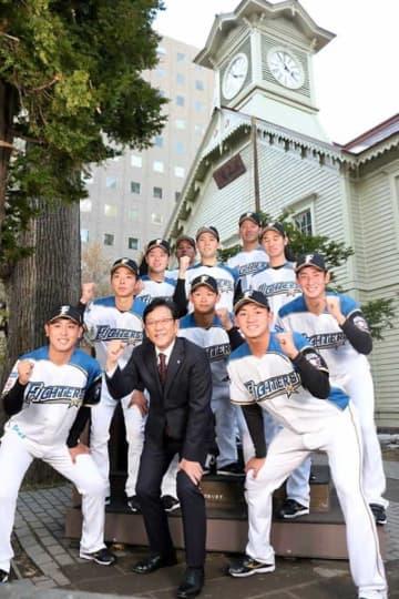 23日に札幌時計台で新入団選手発表が行われた【写真:石川加奈子】