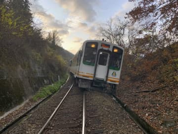 脱線した会津鉄道会津線の車両=27日午前、福島県下郷町(会津鉄道提供)